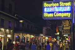 Błękity świetlicowi i neonowi światła na bourbon ulicie w dzielnicie francuskiej Nowy Orlean, Luizjana zdjęcie stock