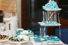 Błękity piec cukierki na ablegrującym naczyniu zdjęcia stock