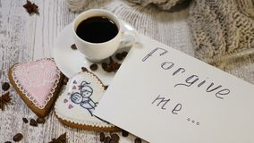 błagał o przebaczenie Miłość powiązania Odgórny widok filiżanki kawy i imbiru ciastek serce kształtował na drewnianym tle zbiory wideo