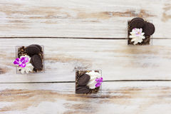 Błahostki czarny i biały czekolada z ciastkiem, słodki deser Obraz Royalty Free