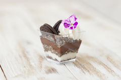 Błahostki czarny i biały czekolada z ciastkiem, słodki deser Fotografia Royalty Free
