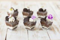 Błahostki czarny i biały czekolada z ciastkiem, słodki deser Obrazy Stock
