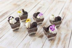 Błahostki czarny i biały czekolada z ciastkiem, słodki deser Zdjęcia Stock