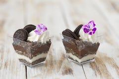 Błahostki czarny i biały czekolada z ciastkiem, słodki deser Zdjęcia Royalty Free