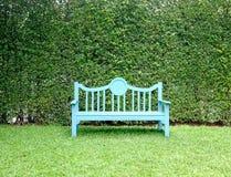 Bława ławka w ogródzie na liścia tle Zdjęcie Royalty Free