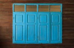 Bławi malujący roczników retro drewniani okno i tafle, domowy wewnętrzny architektoniczny projekt przeciw prostemu tropikalnemu c obrazy stock