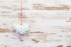 Bławy colourful serce na rocznika drewnie zdjęcia royalty free