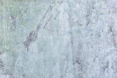 B?awy kit Stara gipsuj?ca ?ciana z plamami i narysami Dekoracyjny narzut z nier?wn? tekstur? blank obraz stock
