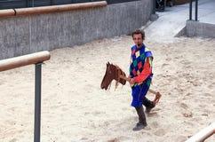 Błazen na drewnianym koniu galopuje na liście w fortecy Stary miasto akr w Izrael Obrazy Royalty Free