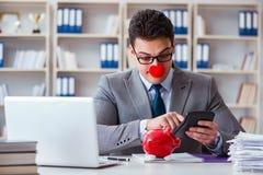 Błazenu biznesmen z prosiątko bankiem robi księgowości Obraz Stock