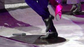 Błazenu kranowy tancerz w błękicie dyszy pokazywać różnorodnych kroki w cyrkowej arenie w górę zbiory wideo
