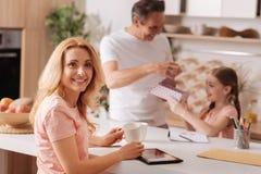Błoga kobieta cieszy się rodzinnego wakacje w domu Zdjęcia Royalty Free