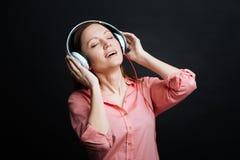 Błoga młoda kobieta używa hełmofony w studiu zdjęcia royalty free