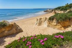 Błoga seascape wybrzeża wiosna Albufeira Zdjęcia Stock