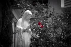Błogosławić Macierzystego Mary z Czerwonymi różami Fotografia Royalty Free