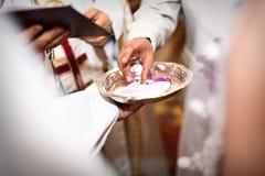 błogosławieństwa ceremonii zbliżenie wręcza ślub obrazy royalty free
