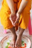 Błogosławieństwo z Świętą wodą jest Tajlandzkim tradycją zdjęcie royalty free