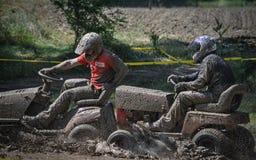 Błotniści mężczyźni w gazonów Mowers biegowych zdjęcie stock