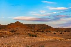 Błotniści piaskowcowi wzgórza wzdłuż linii brzegowej Jeziorny dwójniak, Jeziornego dwójniaka Krajowy Rekreacyjny teren, Nevada Fotografia Stock