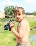 Błotnista chłopiec wykręca mokrą koszulkę Obrazy Royalty Free