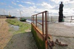 Błotnista plaża z cumować łodziami rybackimi wzdłuż Thames ujścia w czasie odpływu morza, Leigh na morzu obraz royalty free