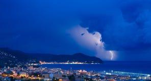 Błyskawica i burza na Tigullio zatoce Chiavari, Włochy - - Liguryjski morze - obrazy stock