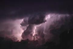 Błyskawica przez chmur Obrazy Stock