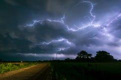Błyskawica rozgałęzia się między chmurami Nebraska burza fotografia royalty free