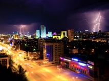Błyskawica w noc mieście Fotografia Royalty Free