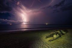 Błyskawica w oceanie przy nocą Obrazy Stock
