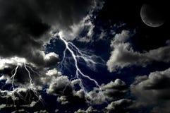 Błyskawicowi rygle w nocnym niebie obraz royalty free