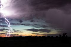 Błyskawicowy burzy tło z zmierzch chmurami i niebem zdjęcia royalty free