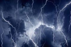 Błyskawicy w burzowym niebie obrazy royalty free