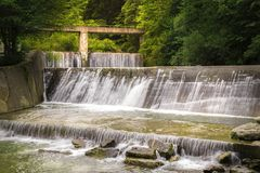 Błyskawiczna halna rzeka w następstwie siklawy Zdjęcia Royalty Free
