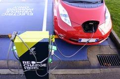 Błyskawicznego elektrycznego pojazdu ładuje statio Obraz Stock