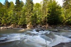 Błyskawiczny halny rzeka strzał z długim ujawnieniem Obrazy Stock
