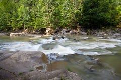 Błyskawiczny halny rzeka strzał z długim ujawnieniem Zdjęcie Stock