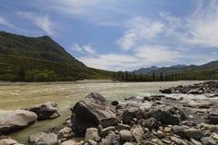 Błyskawiczny prąd Chuya rzeka w górach Altai obraz royalty free