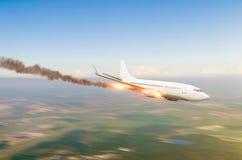 Błyskawiczny spadek samolot od wzrosta z pożarniczym silnikiem, redukcyjny spadku spadek Lotniczy trzaska dochodzenia pojęcie zdjęcia royalty free