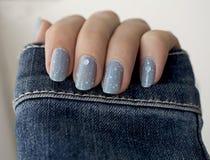 Błyskotliwość błękitny manicure Zdjęcie Royalty Free