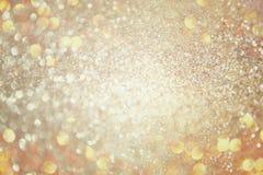 Błyskotliwość rocznik zaświeca tło złoto, srebro i biel, skupiający się obraz royalty free