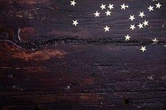 Błyskotliwość złote gwiazdy na grunge drewna tle obrazy royalty free