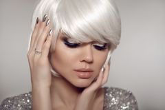 Błyskotliwości Makeup i srebni manicure gwoździe Moda blondyny z koczkiem zdjęcia stock