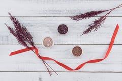 Błyskotliwości oka cienia set z fiołkiem suszył kwiatu i czerwieni ribbo Obraz Stock