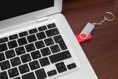 Błyskowej pamięci przejażdżka czopująca w laptopu port Obrazy Royalty Free