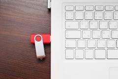 Błyskowej pamięci przejażdżka czopująca w laptopu port Zdjęcia Stock