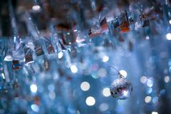 Błyszcząca balowa dekoracja z plamy bokeh tłem w przyjęciu zdjęcia royalty free
