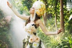 Błyszcząca ciemnowłosa boginka w lesie tropikalnym obraz royalty free