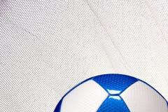 Błyszcząca droga piłki nożnej piłka z siatki kopii terenem fotografia royalty free