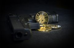 Błyszcząca złocista Bitcoin moneta z pistoletem na czarnym tle Zdjęcie Royalty Free